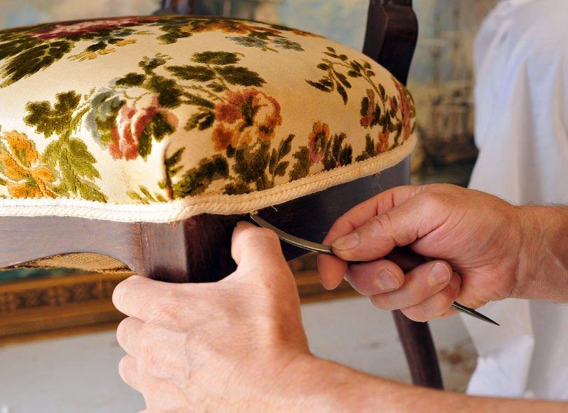 krzesło tapicerowane w rękach tapicera