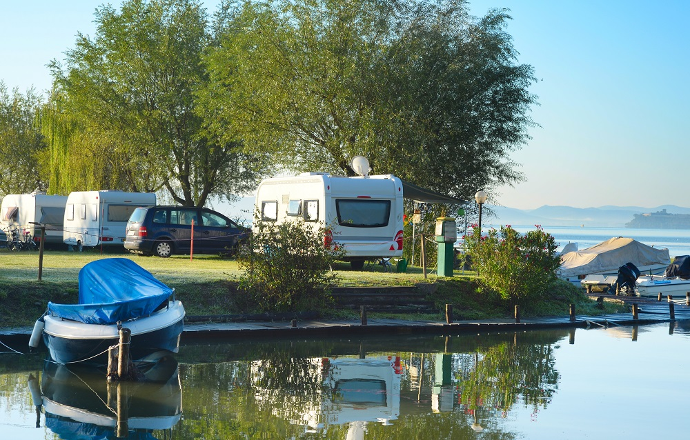 kamper nad jeziorem