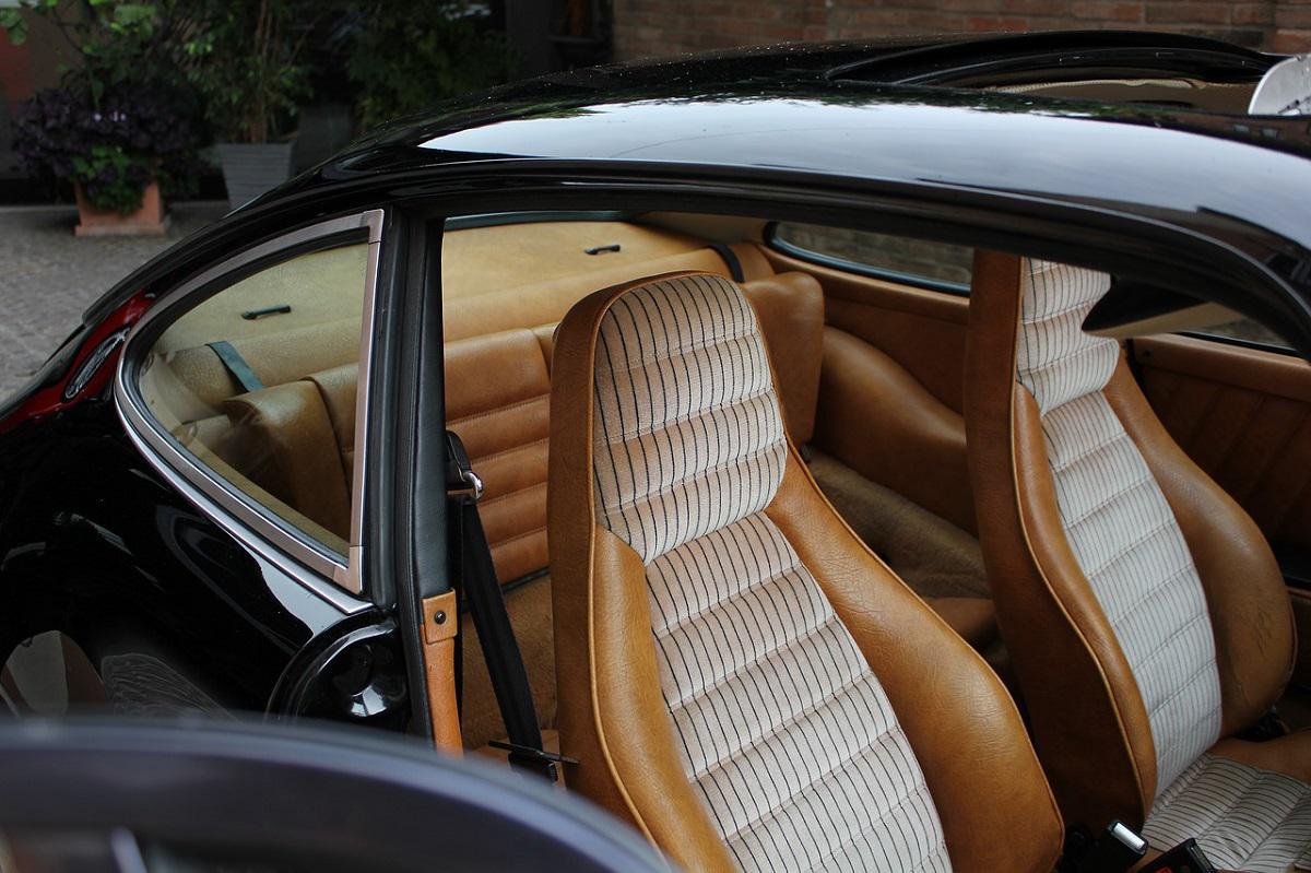 wnętrze auta z brązową, skórzaną tapicerką