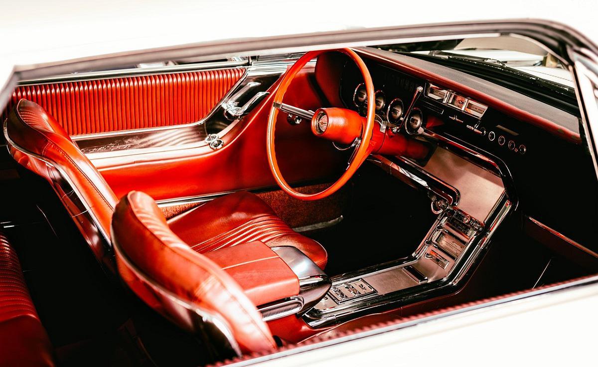wnętrze auta ze skórzaną, czerwoną tapicerką