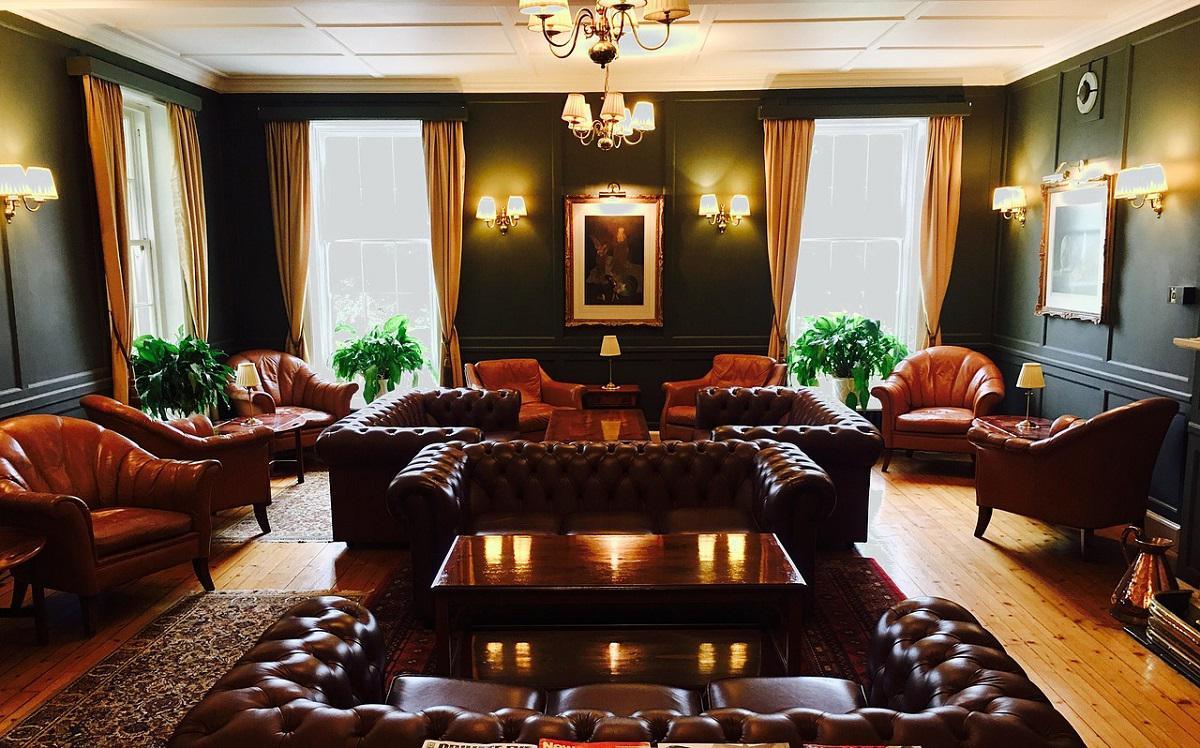 piękne skórzane meble w salonie w starym stylu