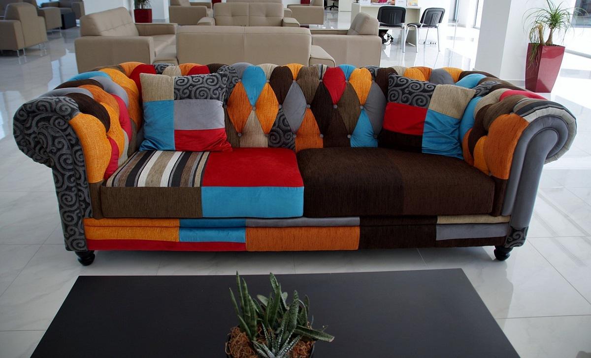 tapicerowana kanapa z różnych kawałków materiału