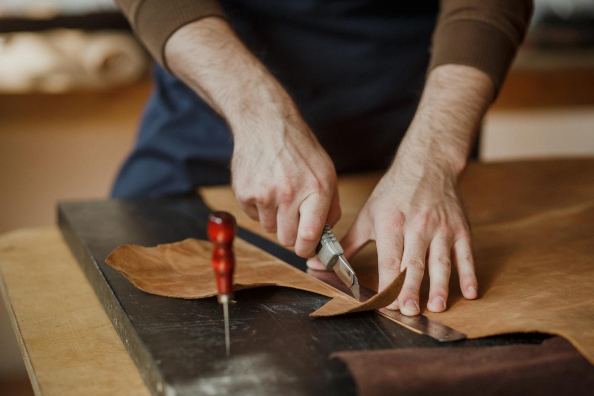 Samodzielnie czy z pomocą profesjonalisty – jak odświeżyć wygląd mebli i ile kosztuje tapicerowanie kanapy i obicie fotela u tapicera?
